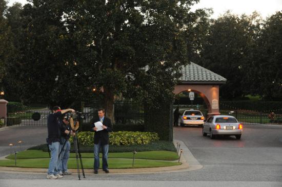 图文-伍兹家门口发生车祸一家媒体到达现场报道