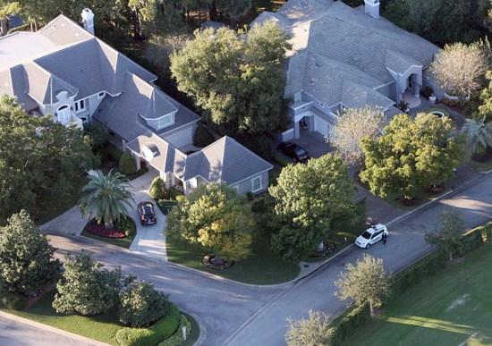 图文-伍兹家门口发生车祸社区保安已经守护现场