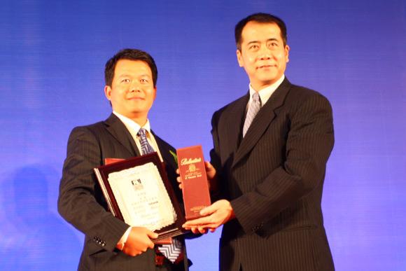 图文-中国十佳高尔夫教练评选颁奖典礼唐锦昌领奖