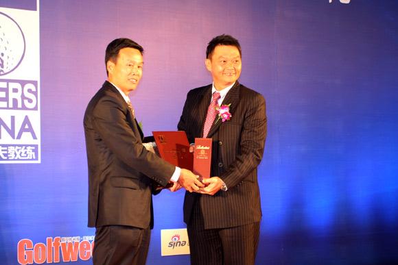 图文-中国十佳高尔夫教练评选颁奖典礼范治省领奖