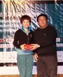 图文-中国球队海外赛颁奖王志刚上台颁奖