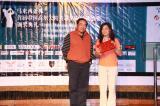 图文-中国球队海外赛颁奖上台领取奖品