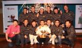 图文-中国球队海外赛颁奖手捧奖杯很兴奋