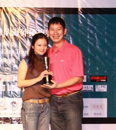 图文-中国球队赛颁奖宋立雄和魏红羽提前预演
