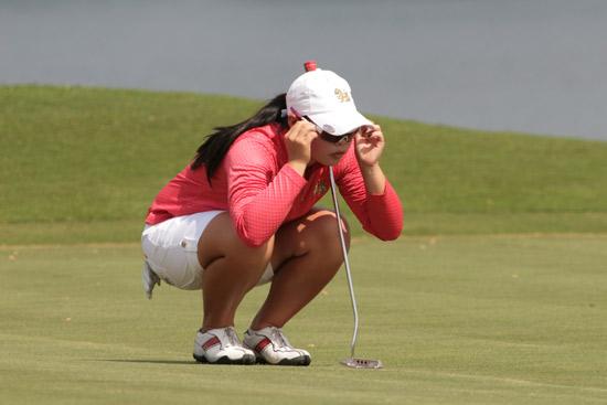 图文-汇丰青少年公开赛决赛泰国女将看线