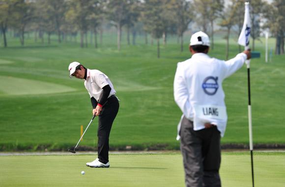 图文-VOLVO中国公开赛次轮梁文冲第18洞推杆
