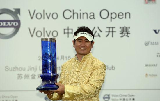 图文-VOLVO中国公开赛决赛轮穿上唐装的梁容银