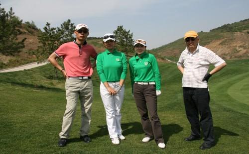 图文-木兰队高尔夫友谊赛 帅哥与美女
