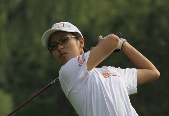 图文-汇丰青少年冠军赛首轮吉融收杆