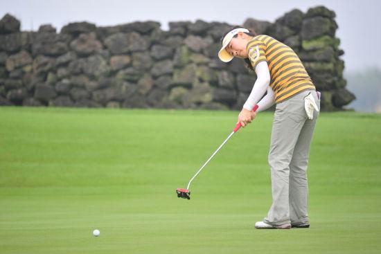 图文-女子高尔夫世锦赛首轮 叶莉英侧身推球