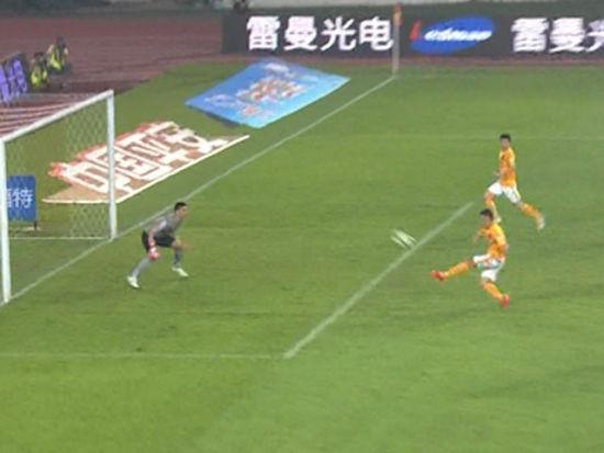 进球视频-埃斯库德罗落点极佳 吴曦顺势摆腿反超
