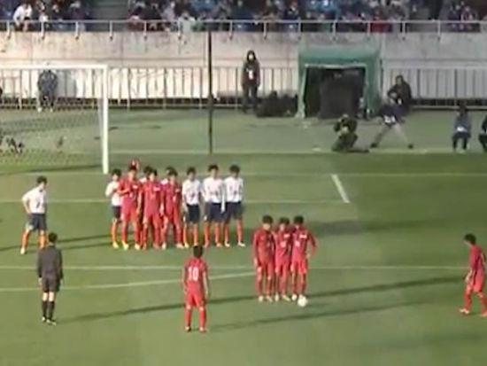 进球视频-日高中任意球神配合 两道人墙门将傻眼