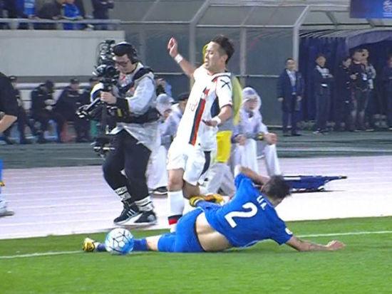 视频-李昂恶劣飞铲染红离场 双脚离地直踹膝盖
