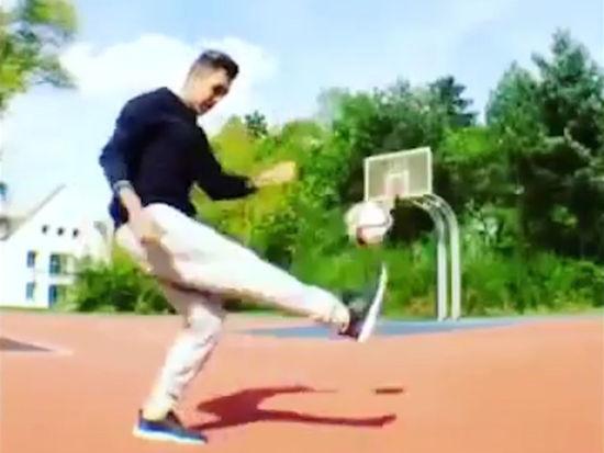 视频-红军新援秀碉堡球技 背对篮筐一脚命中
