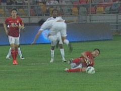 视频-黄博文双腿飞铲李本舰 双方球员险酿冲突