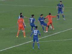视频-贵州新援禁区带球倒地 淡定谭海未做判罚