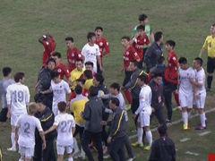 视频-辽宁补时飞铲引冲突 双方球员全部围成一团