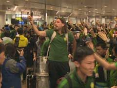 视频-壮观!国安凯旋近千球迷接机 齐唱队歌