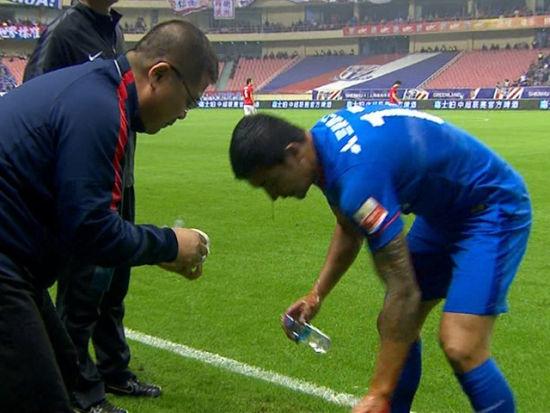视频-卡希尔血流成柱被换下 与郜林脸对脸相撞