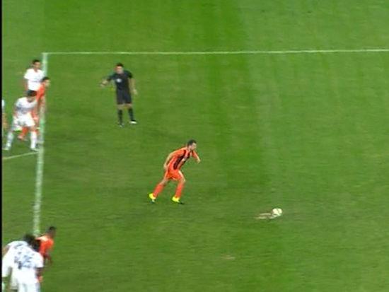 视频-张远放倒桑托斯送点球 米西主罚憾中立柱