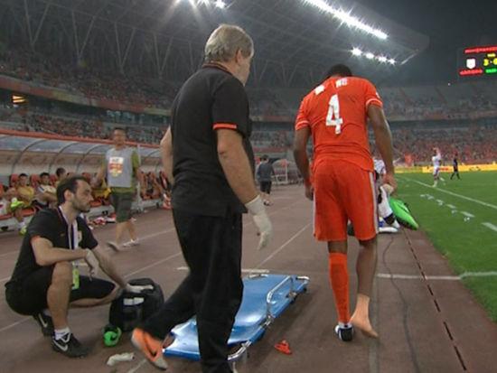 视频-慎入!尤西雷小腿对抗中扭曲 遭担架抬下