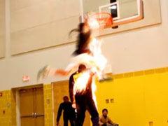 视频-请勿模仿!达人演绎火焰扣篮 瞬间吞噬篮筐