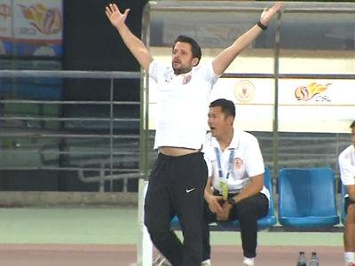 视频-凶狠铲断裁判未理 贵州外籍教练举手表示不满