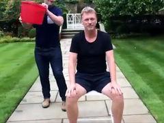 莫耶斯接受冰桶挑战