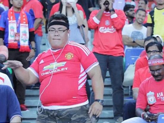 视频-曼联球迷大闹红军看台 挺肚皮乱舞被制止