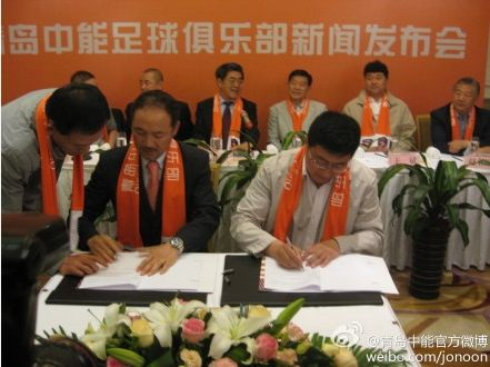 中能俱乐部总经理于涛与张外龙正式签订聘用合同