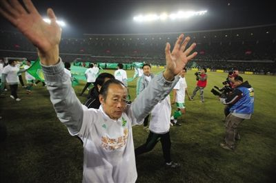 2009年10月31日,国安击败绿城,夺得16年来首个联赛冠军。指挥作战的洪元硕赛后异常冷静。新京报记者 吴江 摄