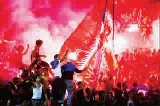 阿尔艾利队球迷燃放焰火庆祝胜利