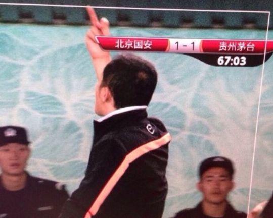 朱炯向看台竖起中指