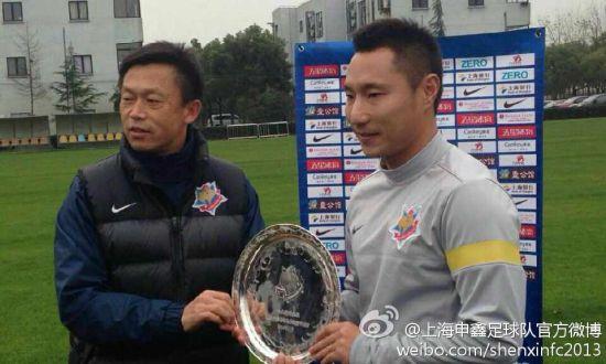 王�S接过申鑫俱乐部送给他的银盘