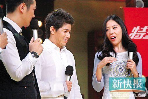 离开恒大前,孔卡与他的美女翻译登上某娱乐节目