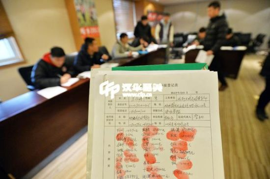 今年1月8日,成都天诚足球俱乐部基地,20多名球员和工作人员准备仲裁申请书讨薪。