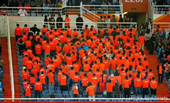 鲁能球迷背对球场表示抗议