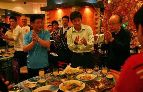 图文-中超冠军亚泰举办庆功宴亚泰领导鼓掌相庆