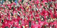 图文-揭幕战成都1-1辽宁成都球迷加油手势整齐划一