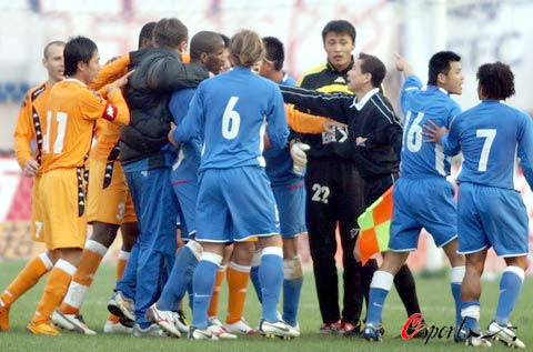 图文-[中超]青岛中能0-0上海申花双方队员起冲突