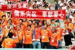 图文-中超联赛关注抗震救灾 球迷打出爱心横幅