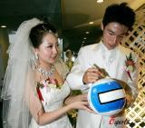 图文-曹阳天津举行婚礼签名足球代表新人的祝福