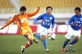 图文-[中超]青岛中能0-0广州医药快速跑动中送球