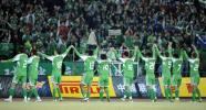 图文-[中超]北京3-1重庆 国安队员赛后向球迷致意