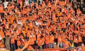 图文-[中超]山东1-1深圳 橙色球迷声势浩大的助威声