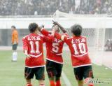 图文-河南2-0杭州奥利萨德贝与队友分享两球喜悦