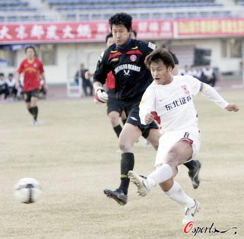 图文-[中超]长春2-0成都杜震宇打空门破门瞬间