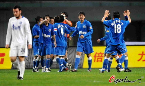 图文-[中超]长沙金德2-1天津康师傅金德庆祝首胜