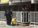 图文-成耀东连夜慰问陕沪战摔伤球迷伤者不能动弹