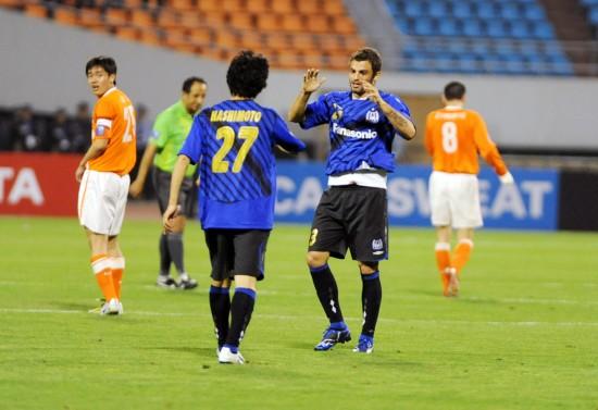 大阪队员庆祝胜利